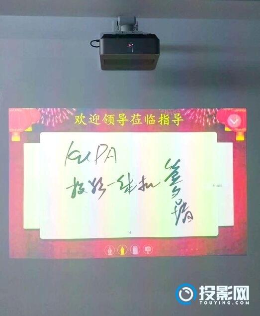 投影还能做签名墙?看看上海这所中学这么玩